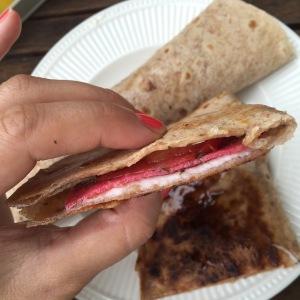 Quesadilla met salami en geitenkaas