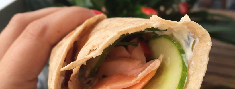 Wraps met zalm, komkommer & philadelphia en bieslook