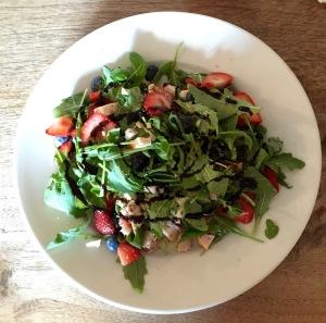 Samen Bourgondisch: Fruitige salade met gerookte kip & geitenkaas