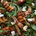 Samen Bourgondisch: Maaltijdsalade met gegrilde kip en perzik