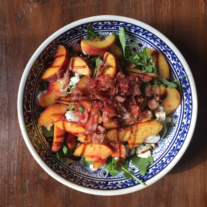 Samen Bourgondisch: Salade caprese met perzik en serranoham