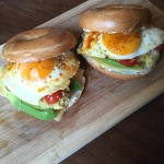 Brunch bagels met kip, avocado en ei