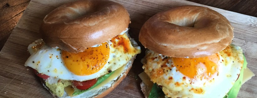 Brunch bagels kip, avocado en ei