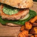 Zalmburger met spinazie-feta tapenade