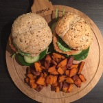 Zalmburgers met spinazie en feta