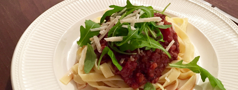 Pasta met verse worst en rode wijnsaus