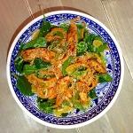 Quinoa salade met harissa kip, mandarijn en sugar snaps