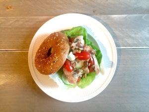 Bagel met kip en truffelmayonaise