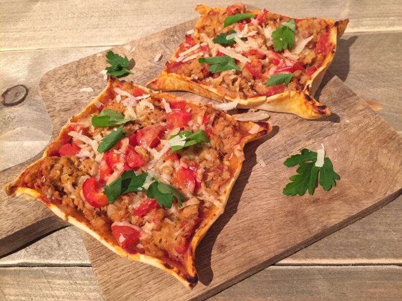 Pittige tonijn plaatpizza met harissa