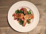Griekse salade met couscous, gegrilde kip & halloumi