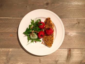 Vis met een korst van zelfgemaakte tomatentapenade