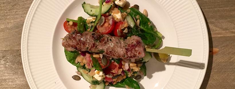 Griekse salade met couscous en lamsvlees