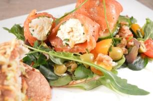 Farro salade met gerookte zalm-roomkaasballetjes