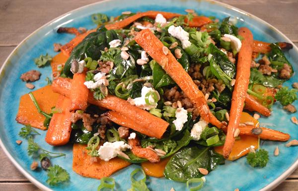 Geroosterde wortelsalade met kipgehakt en spinazie