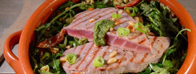 Salade pesto met gegrilde tonijn
