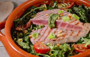 Maaltijdsalade pesto met gegrilde tonijn