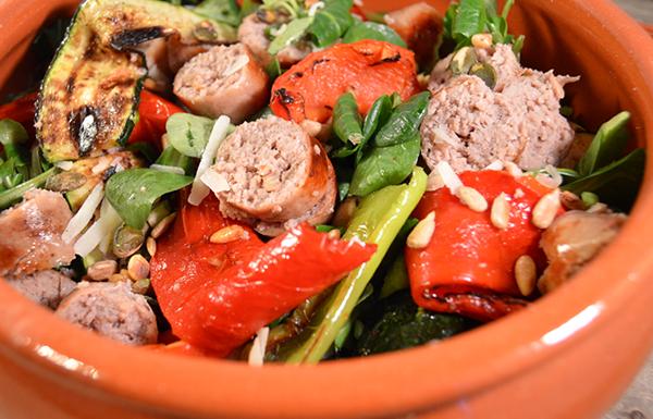 Salade met gegrilde groenten en gegrilde worst