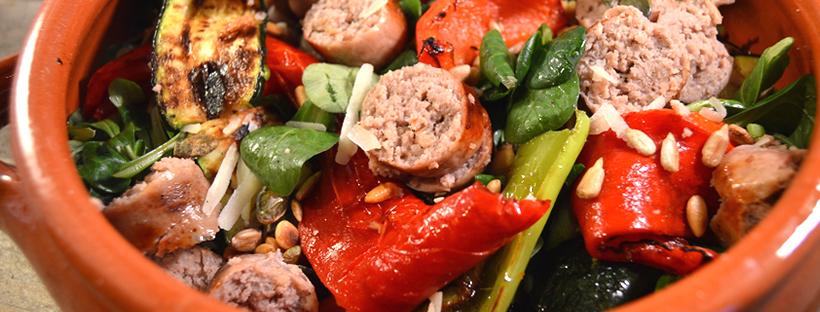 Salade met gegrilde groenten & verse worst van de barbecue