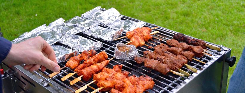 Barbecue feestje in het park spiezen