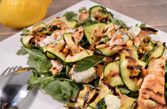 Maaltijdsalade van gegrilde courgette, kip en feta dressing