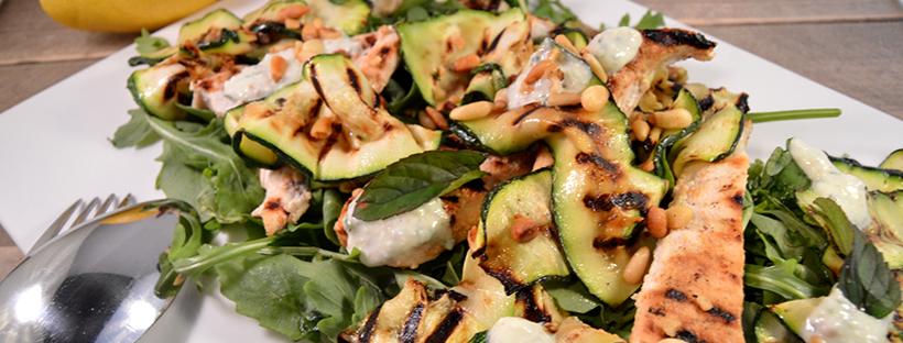 Maaltijdsalade van gegrilde courgette, kip & feta dressing
