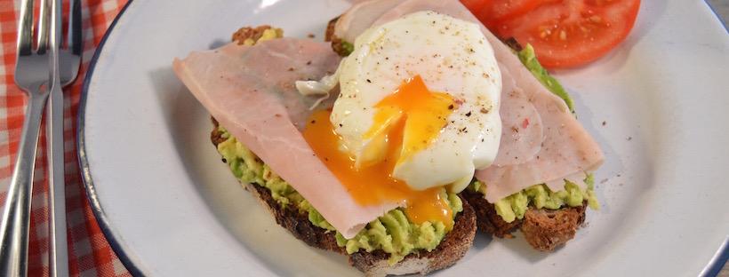 Het perfecte gepocheerde ei met avocado en beenham