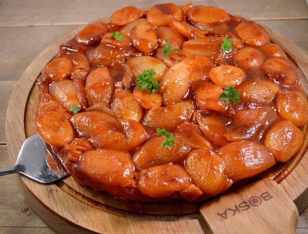 Hartige tarte tatin met licht pittige abrikozen & sjalotten