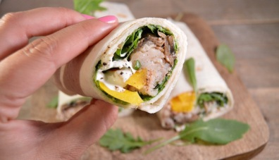 Wraps met makreel & explosive Pineapple hot sauce