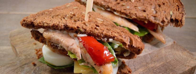 Clubsandwich met kip, chorizo en aioli