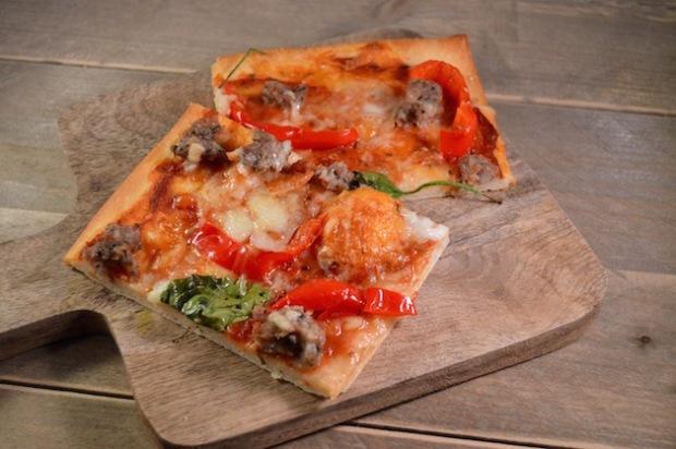 Pizza maken met verse worst en paprika