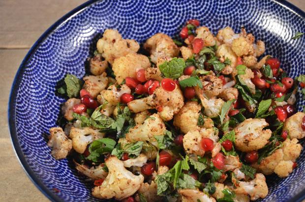 Bloemkoolsalade met granaatappel en groene kruiden