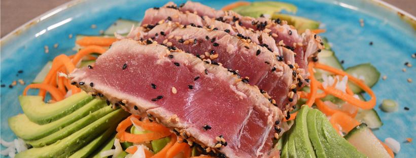 Japanse rijstsalade met gegrilde tonijn
