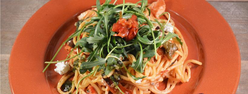 Spaghetti met gerookte kip, gegrilde groenten en geitenkaas