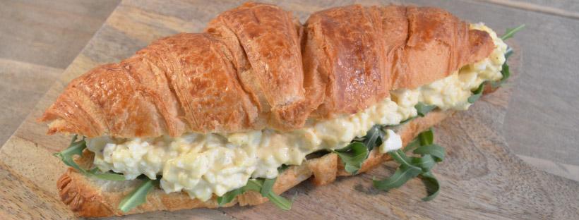 Croissant met eiersalade en truffel