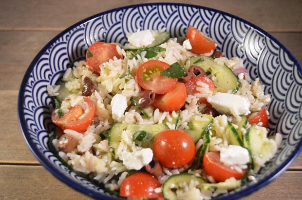 Frisse rijstsalade met feta, komkommer, tomaat en munt