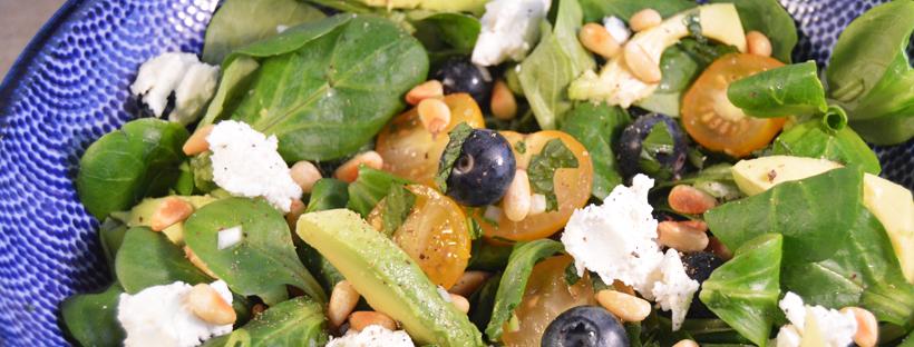 Salade met geitenkaas en blauwe besjes