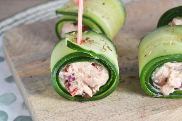 Frisse komkommersnacks met tonijnsalade