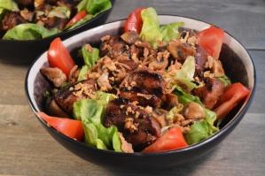 Lauwwarme salade met kruidige varkenssaté