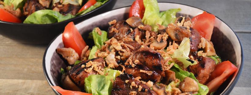 Oosterse salade met kruidige varkenssaté