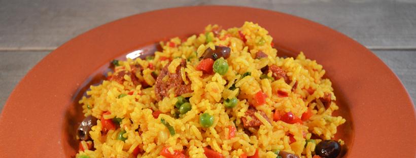 Spaanse rijstsalade met chorizo met rode peper