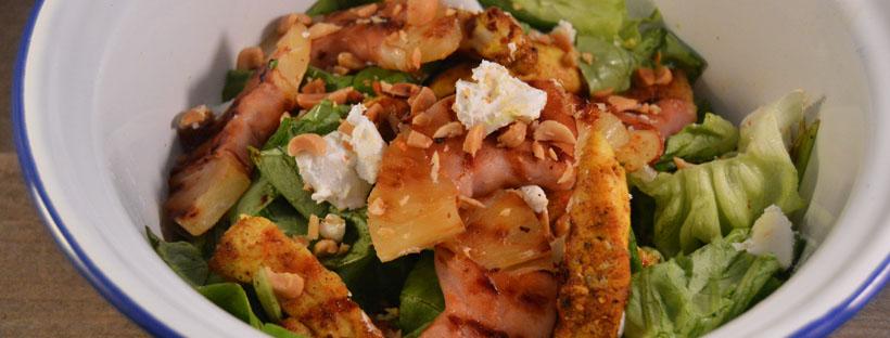 Salade met gegrilde ananas met bacon en kip