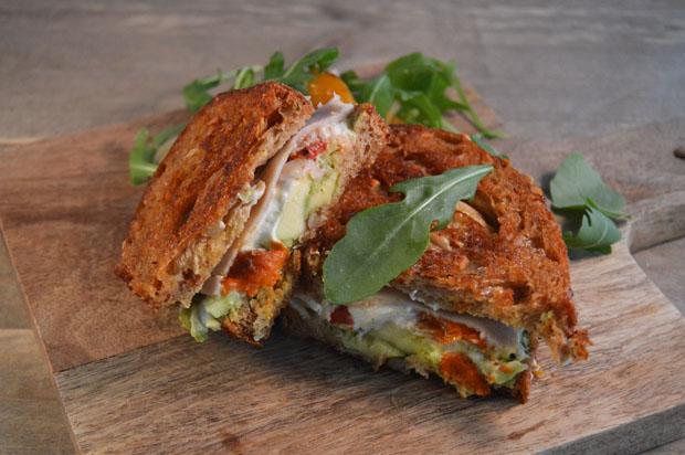 Tosti met geitenkaas, avocado en kip