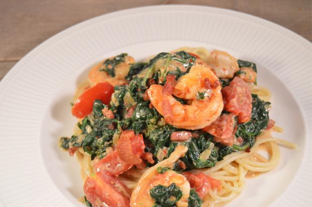 Snelle pasta met reuze garnalen en spinazie