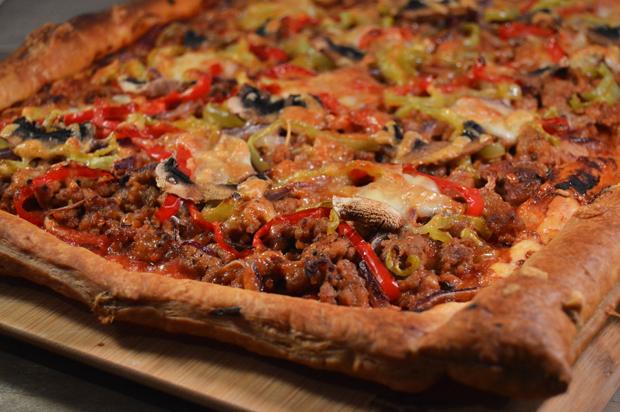 Plaatpizza met gehakt en paprika