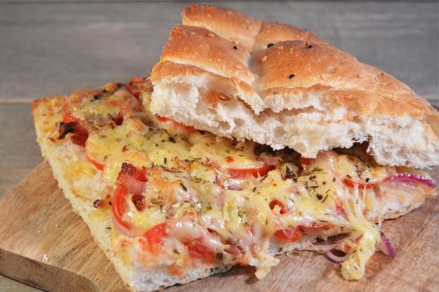 Lunch: Turks brood met kaas, tomaat en ui