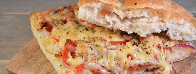 Lunch: Turksbrood met kaas, tomaat en ui